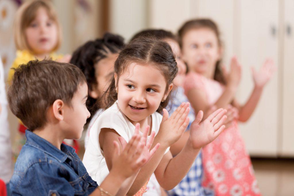 Kindergarten Gruppe klatscht